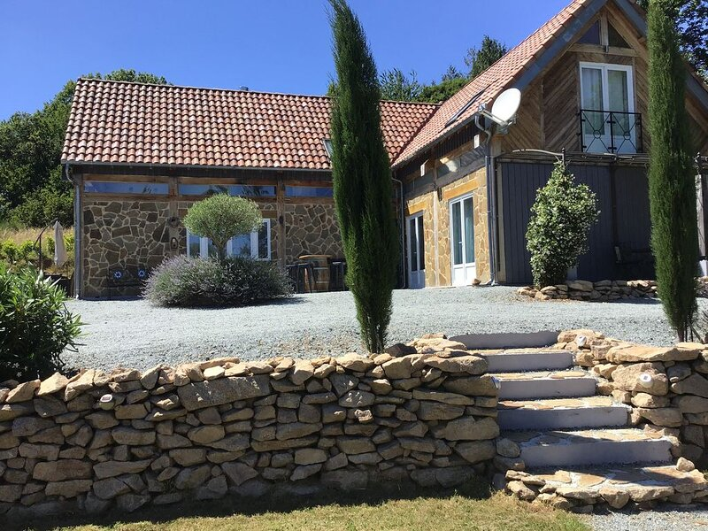 Luxury 4 bedroom 5 bathroom holiday home with above ground pool, vacation rental in Nantiat