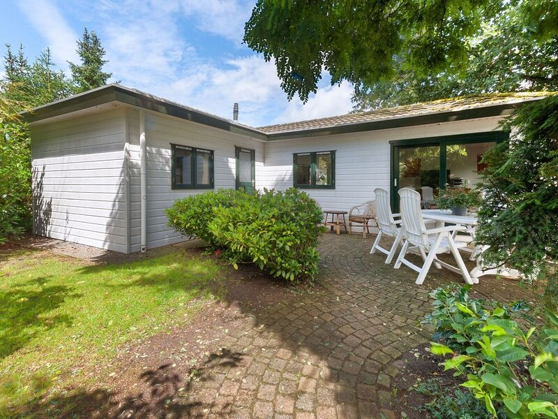 Chalet Vechtdal on a small park with tennis court and swimming pool., holiday rental in Ommen