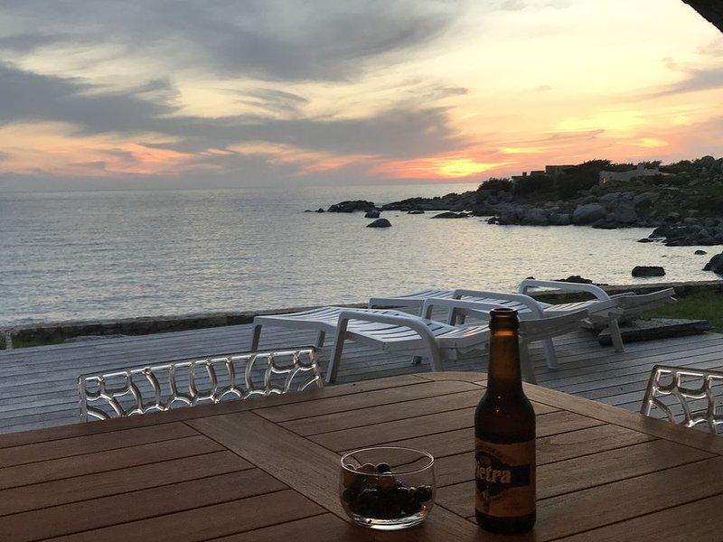 Villa Doride  'Maison pieds dans l'eau'-casa privata con accesso diretto al mare, casa vacanza a Corbara