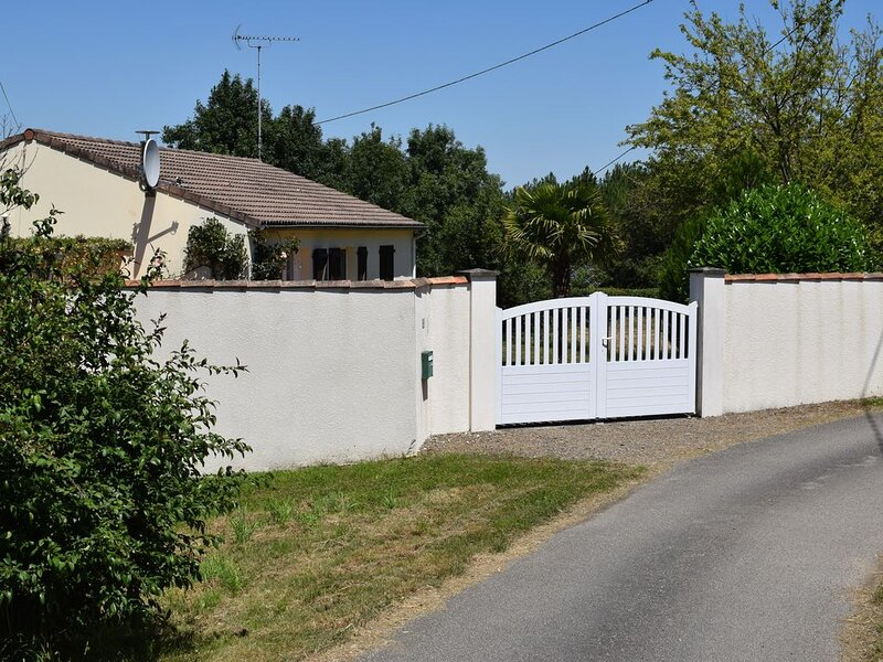 A quiet and comfortable self catering Holiday Home, casa vacanza a Saint-Vincent-sur-Graon