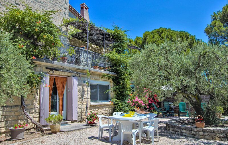 2 Zimmer Unterkunft in Caromb, holiday rental in Saint-Hippolyte-le-Graveyron