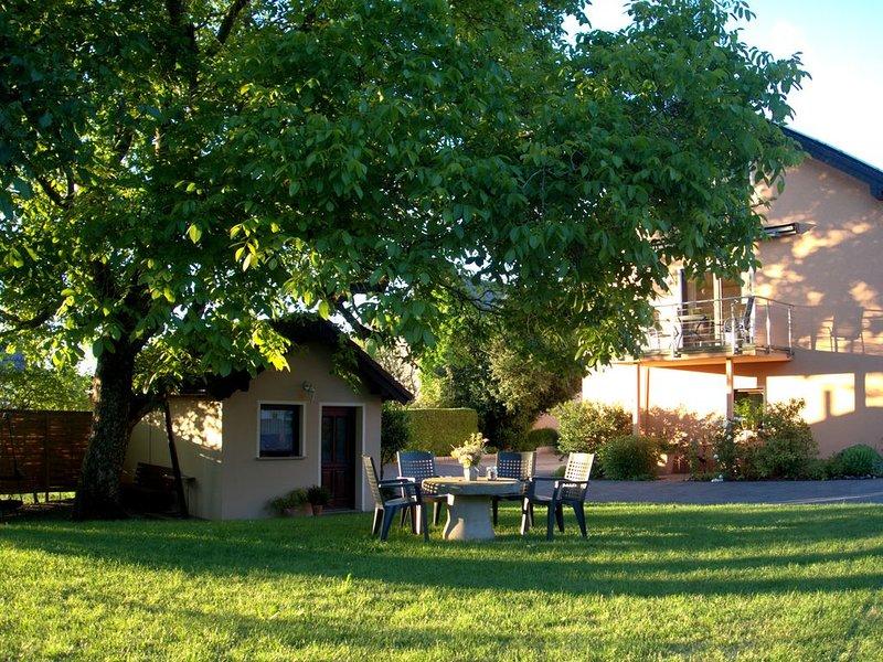 Komfort. Ferienwohnung für 9 Personen mit separatem Gartenhaus und Sauna, Eifel, holiday rental in Bitburg