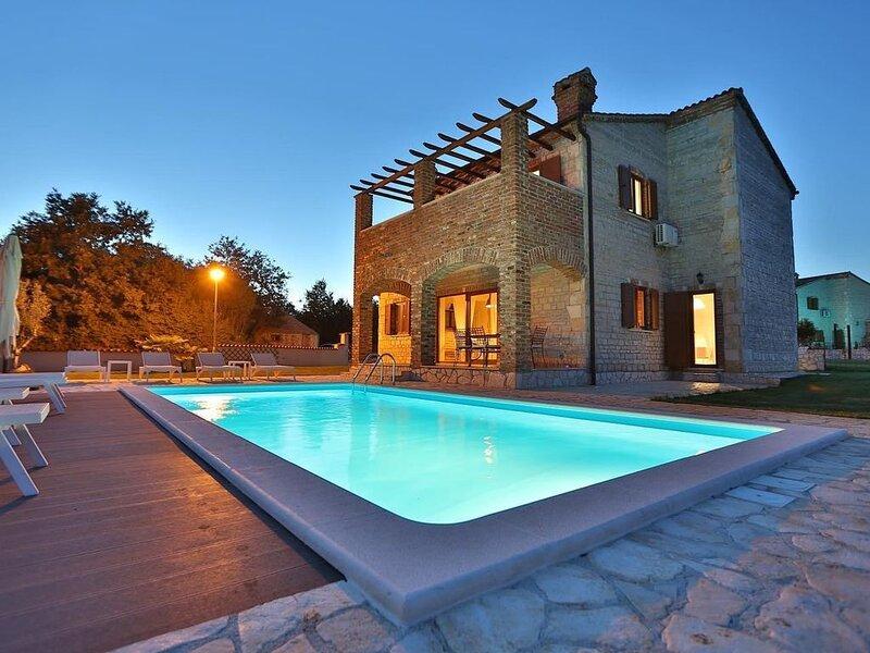 Luxus Villa mit pool und großem Garten, holiday rental in Butkovici