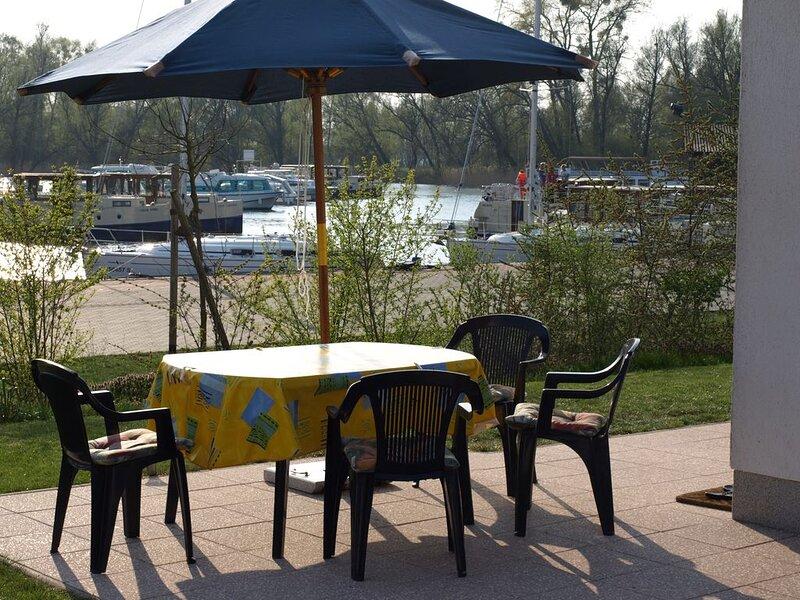Ferienhaus direkt am Wasser,100m², 3 Schlafzimmer 2 Bäder, Whirlpool, Sauna ****, holiday rental in Granzow