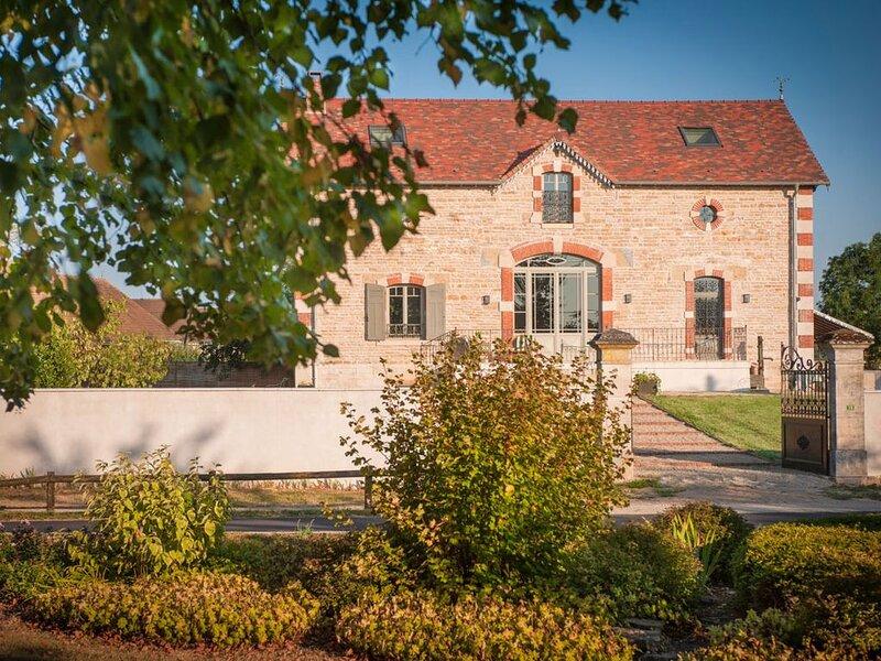 Villa des années 1900 et son jardin de 2000m2, vacation rental in Chassagne-Montrachet