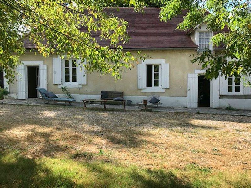 Maison de charme  du 17 éme siècle sur 1 ha  de terrain à 4 minutes de Bergerac, vacation rental in Laveyssiere