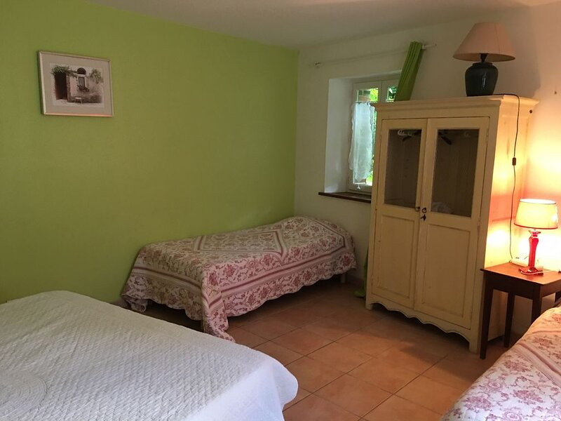 Chambre d'hotes avec piscine, 'La terrasse', holiday rental in Lainsecq