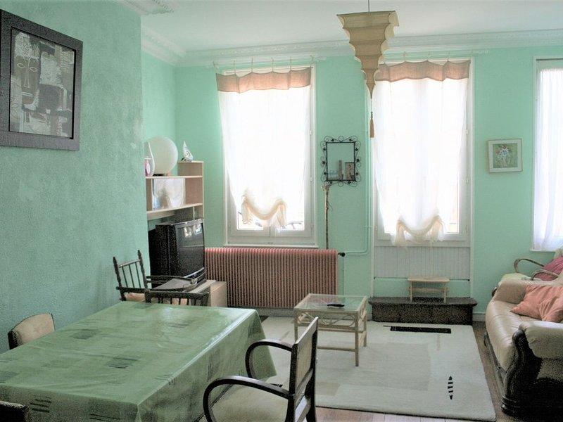 Charmant duplex dans le quartier historique de Granville, vacation rental in Granville