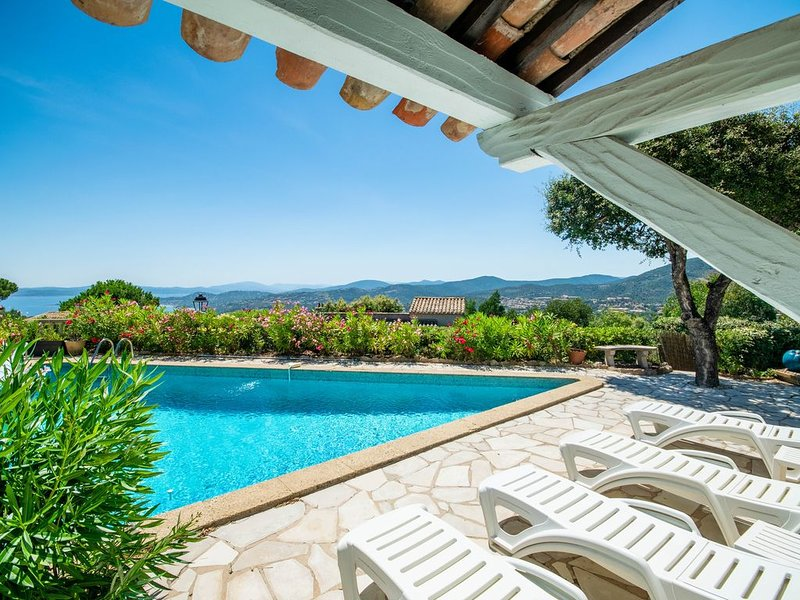 Les Issambres: single-storey villa with a panoramic view of bay of Saint-Tropez, holiday rental in Roquebrune-sur-Argens