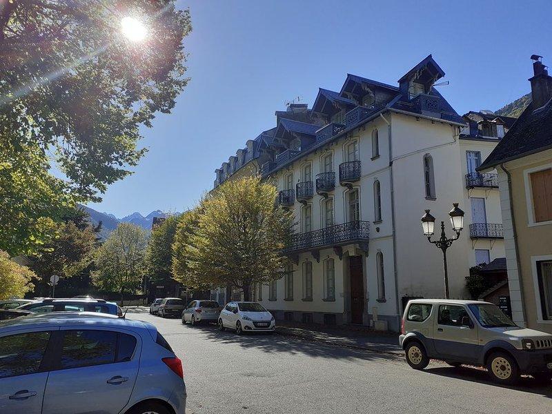 LUCHON, PARC DU CASINO, VILLA COQUETTE, T3 AVEC BALCON, holiday rental in Saint-Mamet