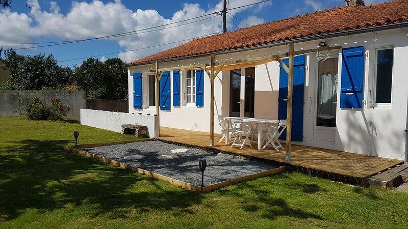 Maison rénovée à neuf en 2020, beaux volumes, au calme, à 10 minutes de la mer., holiday rental in Le Champ-Saint-Pere