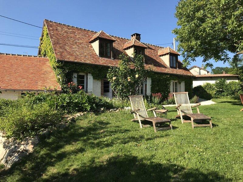 Etage privatisé, 2 chambres au calme dans longère de charme, vacation rental in Villemeux-sur-Eure