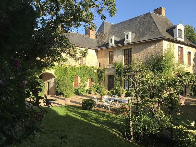 demeure de charme  au calme d'un jardin arboré en Pays de la Loire, holiday rental in Jarze