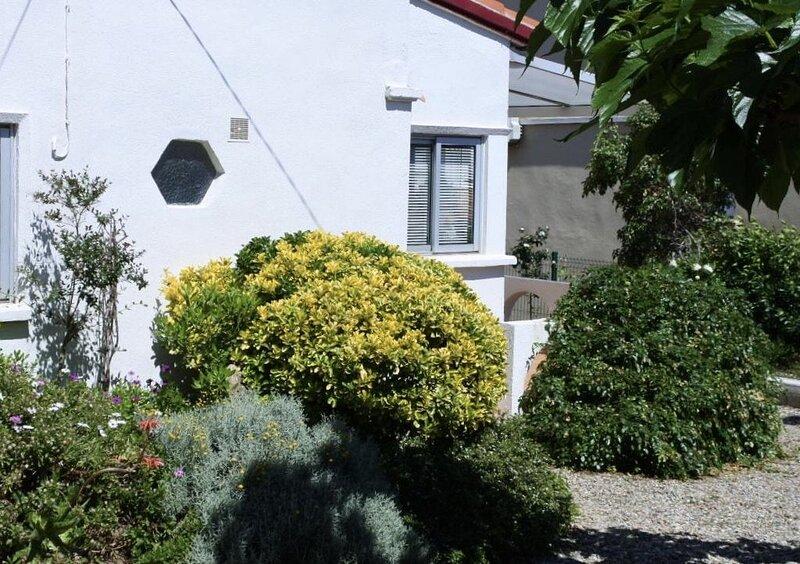 Petite maison, clim et jardin ombragé, dans un quartier calme près de la plage, holiday rental in Fleury