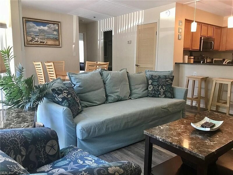 6 minutes to the beach! Family-sized condo with deck, alquiler de vacaciones en Virginia Beach