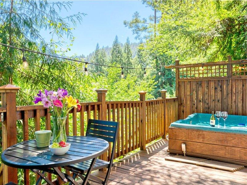 Mystic Cottage!! Hot Tub, Redwoods, Fire Table!! 5 Mins to River!!, location de vacances à Occidental
