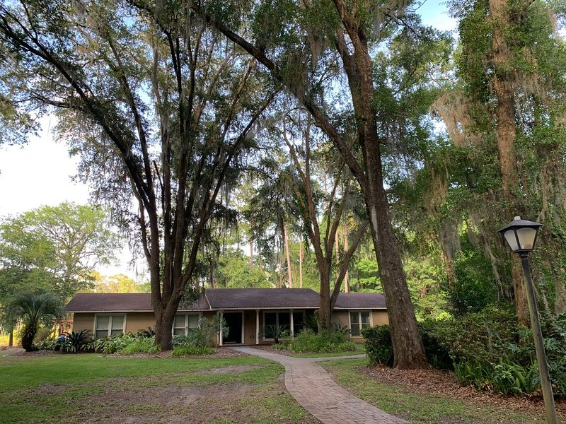 Hidden Lake Sprawling Home on Private Lake with optional Guest House close to UF, holiday rental in Gainesville