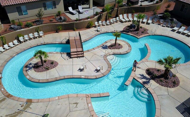 Overlooking Lazy River! Roof Deck Pool View • Ping Pong • BBQ • Bikes, casa vacanza a Santa Clara