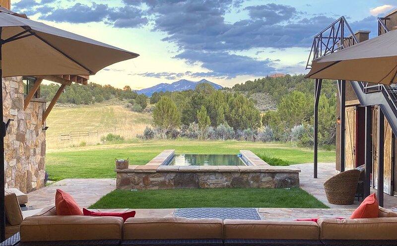 Sky Door Retreat: 35 acres, 8,278 square feet, small infinity pool, and views!, location de vacances à Carbondale
