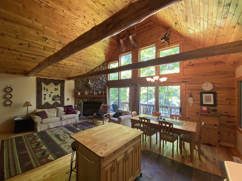 Secluded, Peaceful Lakefront Chalet Nestled In The Heart Of The Northwoods, vacation rental in Eagle River