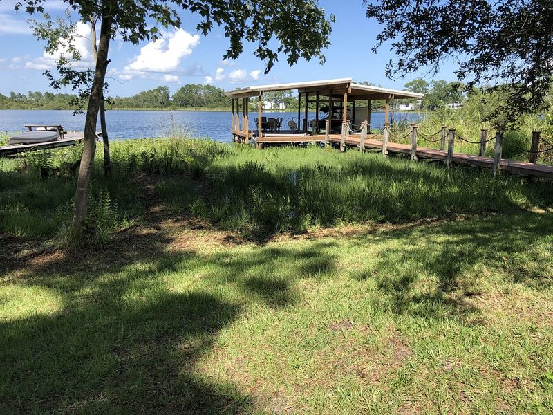 Orlando/Sanford Lake-front home near SFB Airport, alquiler de vacaciones en Orange City