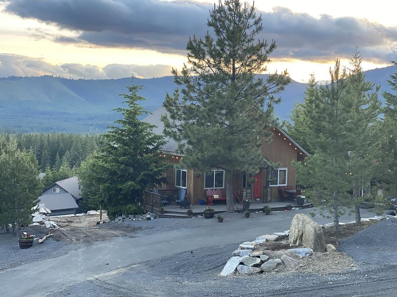Amazing view home sleeps 12. ATV, snowmobile or hike right from the property!, vacation rental in Ronald