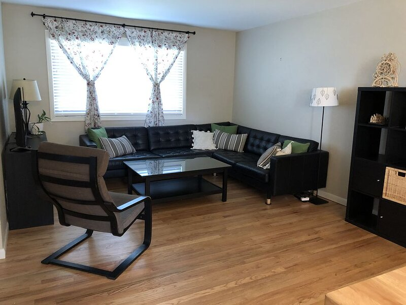 Near it all- shopping, city, mountains, CCU, holiday rental in Lakewood