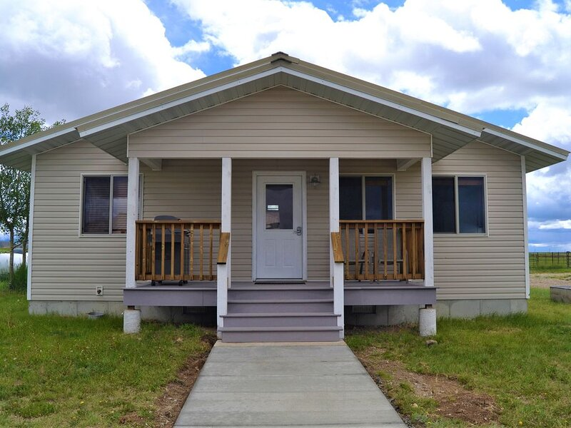 Quiet Guest House close to Pinedale with Mountain View, holiday rental in Cora