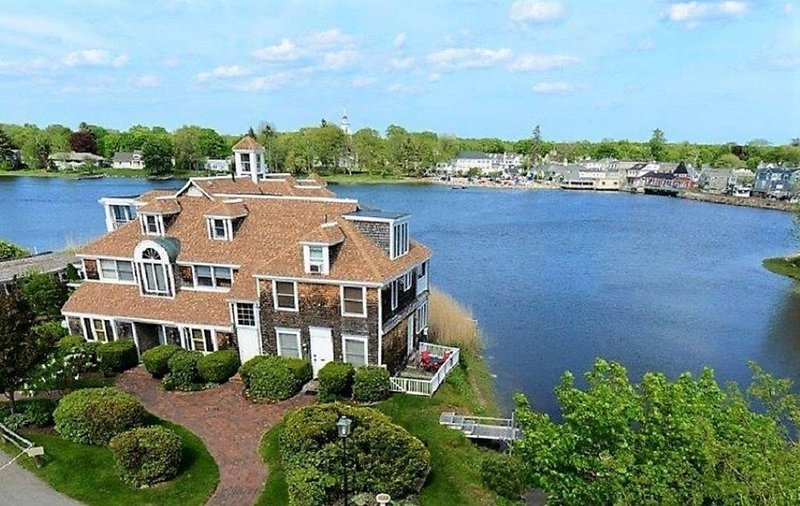 Stunning Waterfront Condo with deck, Walk to Shops and Restaurants, holiday rental in Kennebunks