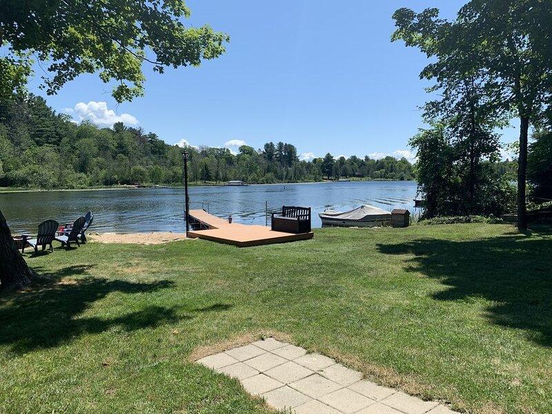 Lake Front Cottage, 3 bedrooms, 2 full baths, (sleeps 12), location de vacances à Central Lake