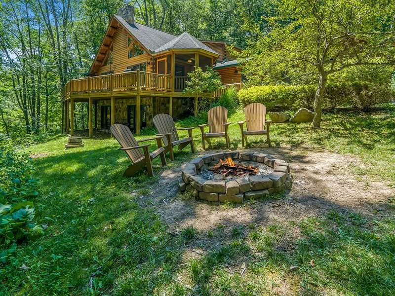 Lake Access Log Chalet w/Hot Tub, Fire Pit, & Gas Grill!, vacation rental in Deer Park