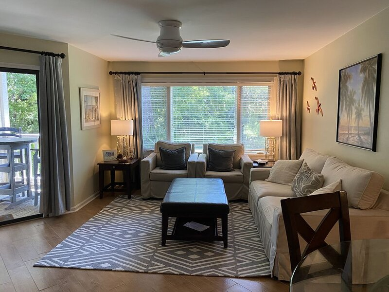 Beautiful!! 2BR/2BA/King/2 Bunks sets/ 1st FL/walk to Beach/Tennis/Golf/3 TVs, alquiler de vacaciones en Daufuskie Island