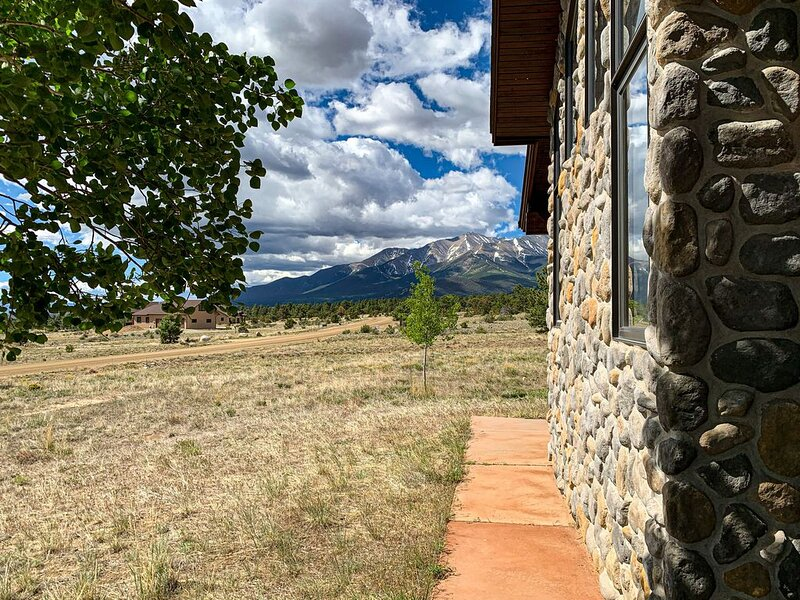 Peaceful Mountain getaway, 3 bath, Spectacular views!  Coffee in the cupboard!, location de vacances à Buena Vista