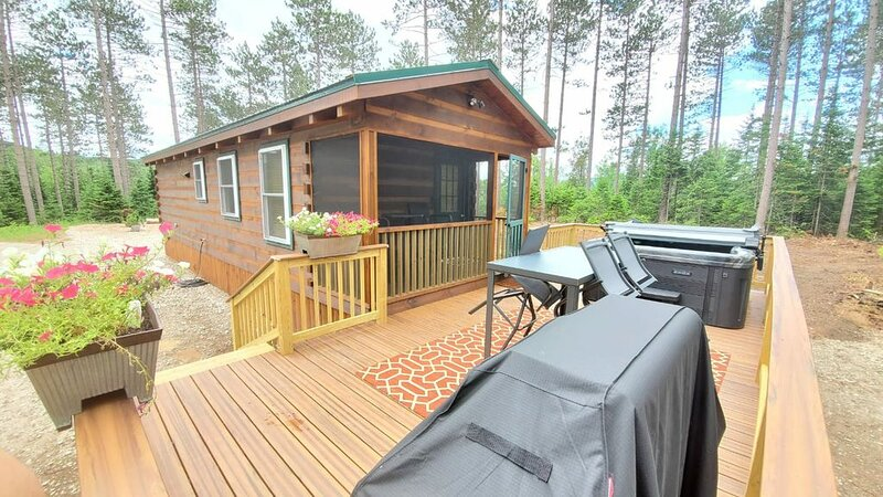 Modern Tiny Home Cabin w/ Hot Tub next to Titus Mtn Ski & Malone Golf Club, holiday rental in Saint Regis Falls