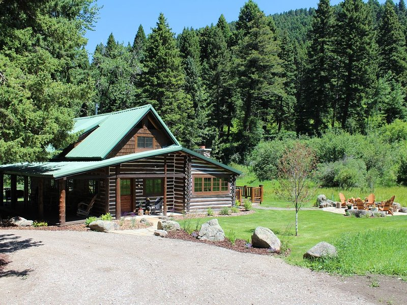Quaint Log Cabin Retreat on Cottonwood Creek Near Bozeman, aluguéis de temporada em Bozeman
