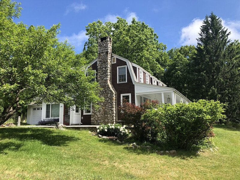 Renovated Historic Cragsmoor Mountaintop Home with Grand Piano, holiday rental in Wurtsboro