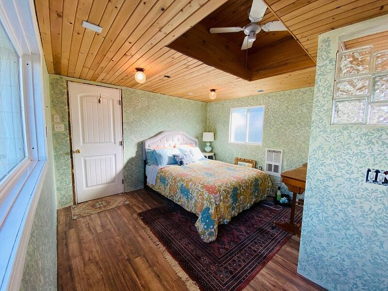 Camano Island Garden Cottage at Madrona Beach, the Island you can drive to!, casa vacanza a Stanwood