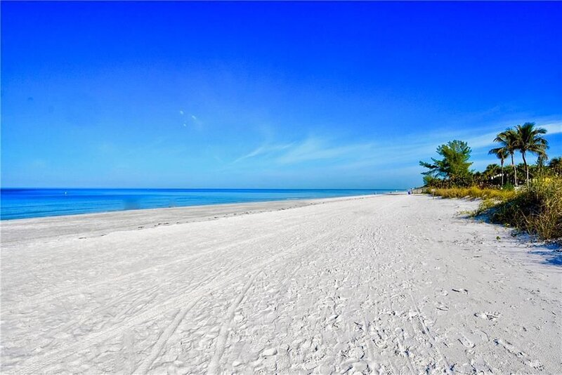⭐15 STEPS TO THE BEACH⭐ DISCOUNTED RATES⭐⭐ LUXURY FAMILY BEACH PARADISE!, casa vacanza a Indian Rocks Beach