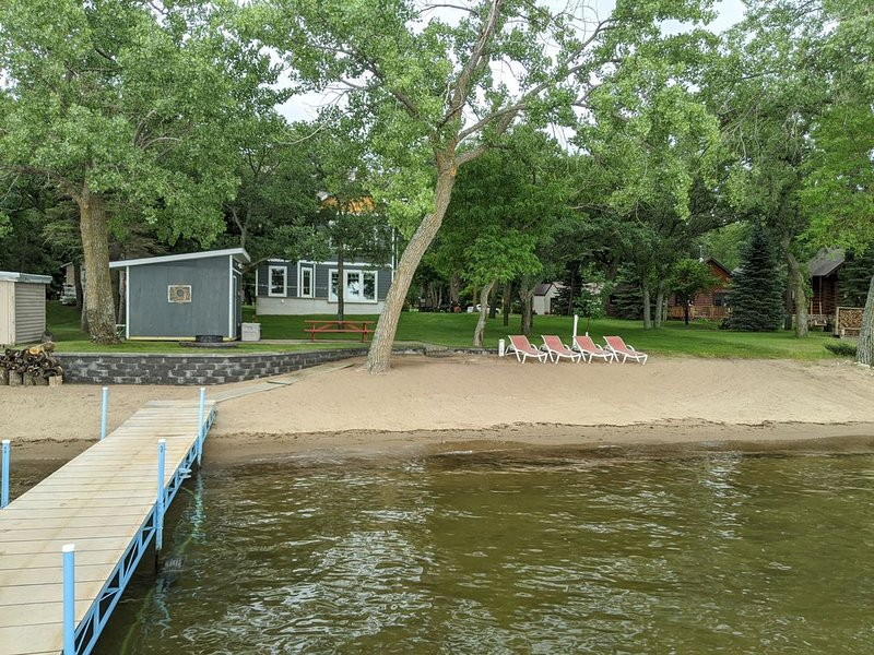 Sun, sand, and relaxation on Otter Tail Lake, alquiler de vacaciones en Battle Lake