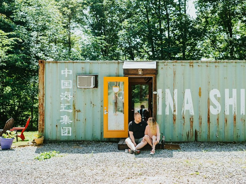 ~ Shipping Container Tiny House, Riverside Hideout – semesterbostad i Massillon