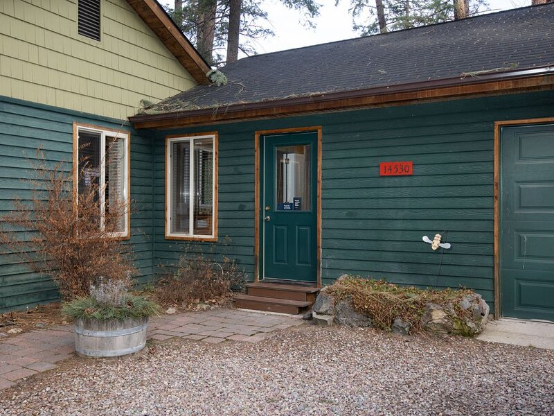 Cozy getaway for two w/ a kitchenette - walk to the lake, marina, & beach!, holiday rental in Woods Bay
