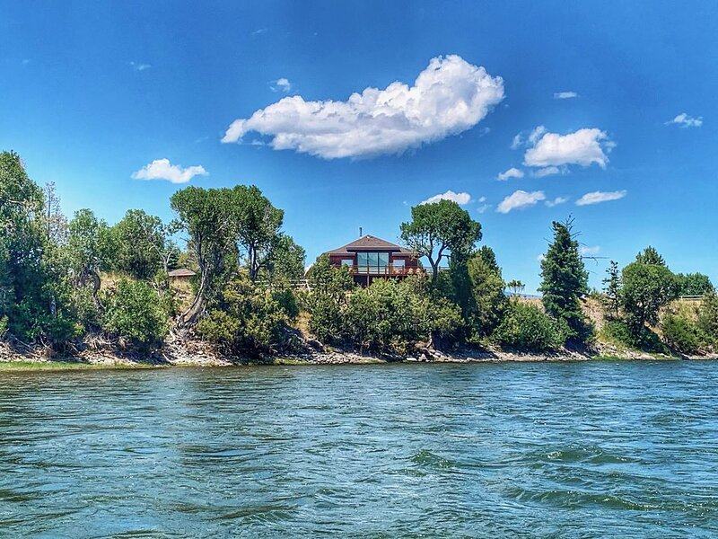 Stunning views right on the Majestic Yellowstone River!, location de vacances à Livingston