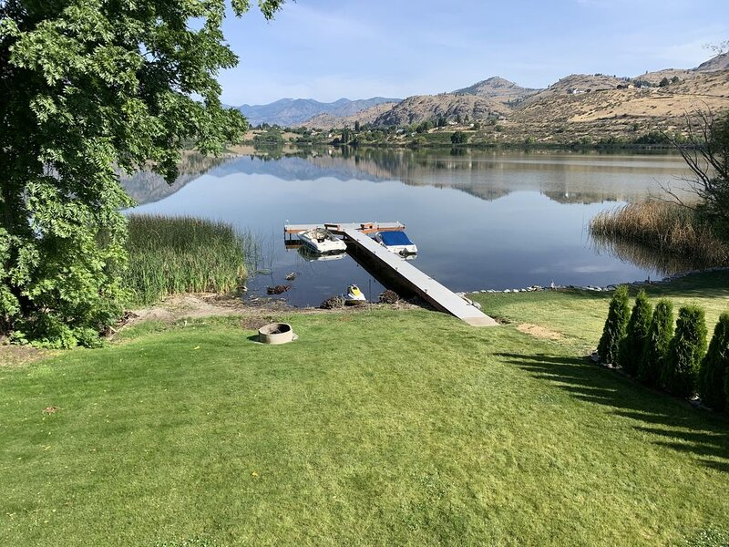 Beautiful home on the lake!  Enjoy Roses Lake in Manson, minutes from Lk Chelan!, holiday rental in Manson