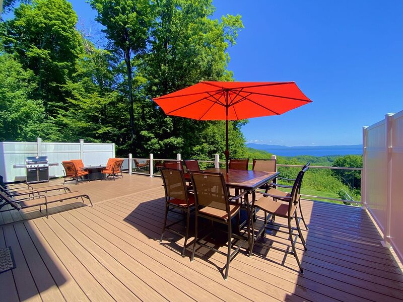 Perfect mountain getaway! Luxurious 4 bed/4 bath close to Lake Winni, Gunstock, vacation rental in Gilford