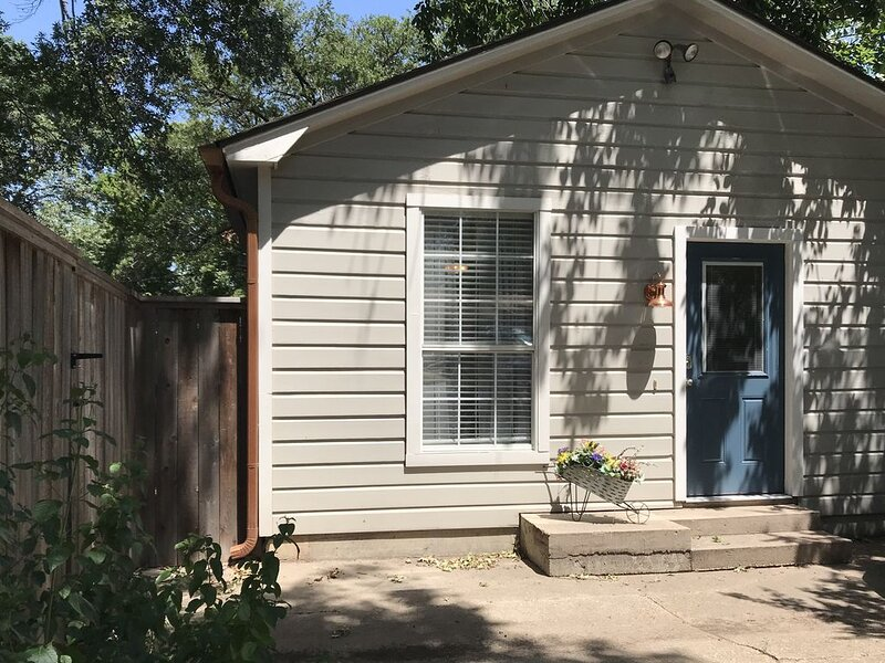 The Hidden Suite-Central location for all of Waco, holiday rental in Lorena