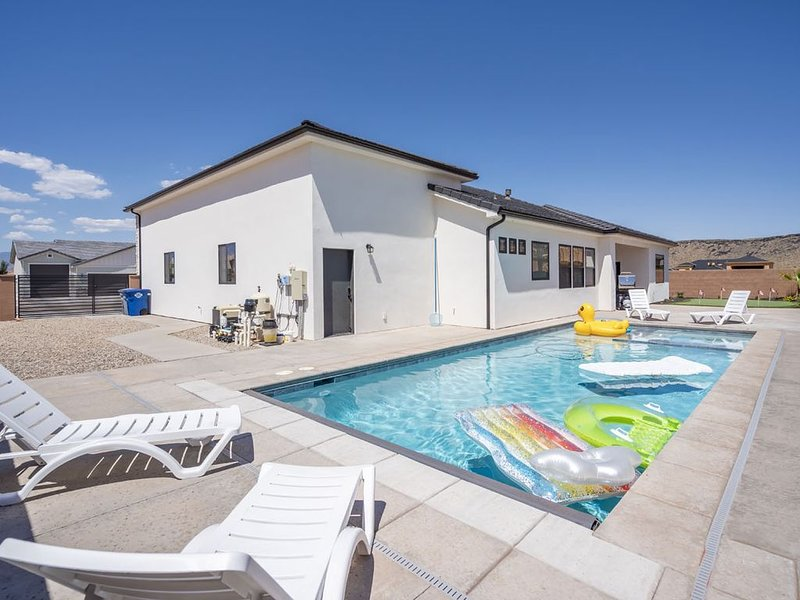 Luxury Poolhouse at Sand Hollow! Heated Pool * Hot Tub * Golf Green * Game Rm, vakantiewoning in Hurricane