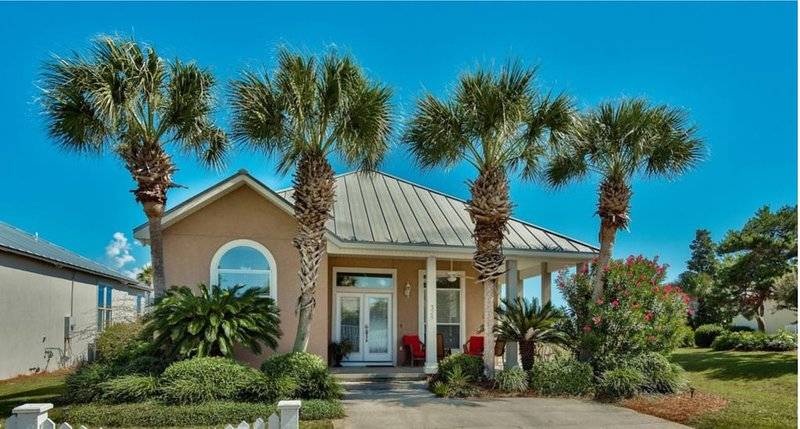 GOLF CART - PRIVATE BEACH - UMBRELLA- RESORT STYLE - 2 KINGS - EXCEPTIONAL VALUE, holiday rental in Destin