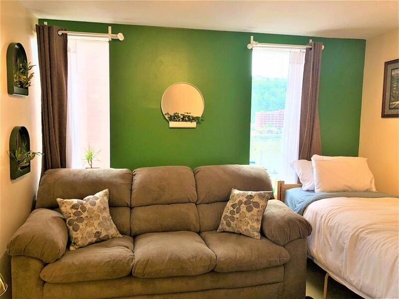 Downtown Apt | Walk to all stadiums + Conv. Center, vacation rental in Crafton