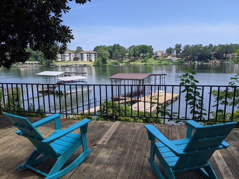 Luxurious Lakefront Living ~ Newly Renovated 4/3 W/boat Dock And Launch Pad, holiday rental in Lake Hamilton