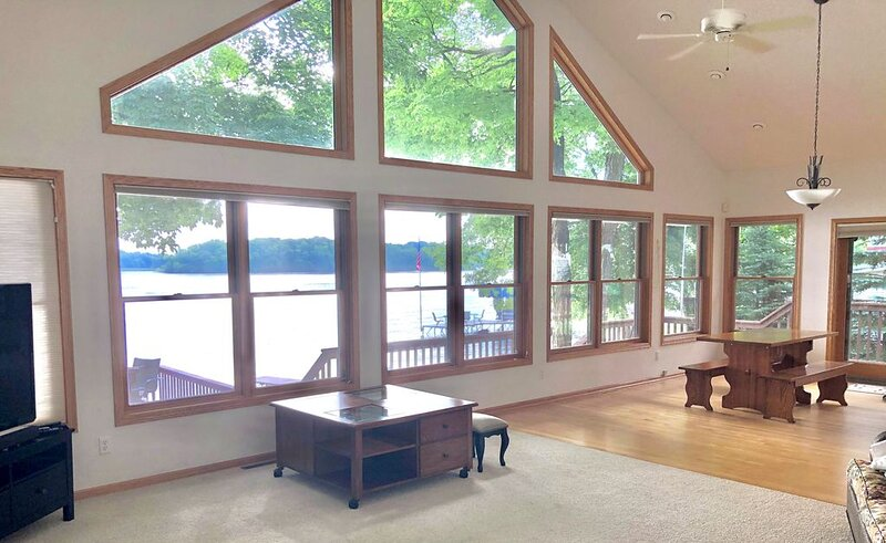 Lake Sylvia: 2 bedroom + loft, 2 bath on sandy lakeshore - steps away from lake, alquiler vacacional en Darwin